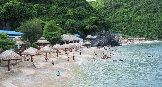biển Cát Bà nổi tiếng với bờ cát trắng, nước xanh trong