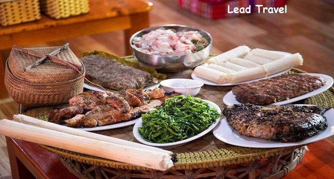mâm cơm với những món ăn đặc sản Tây Bắc như cơm lam, cá nướng...