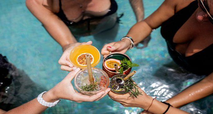 những bữa tiệc thân mật bên bể bơi