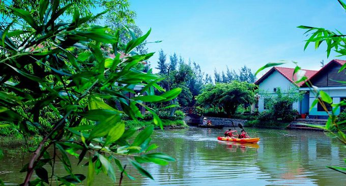 Chèo kayak trên hồ tại ninh binh farmstay