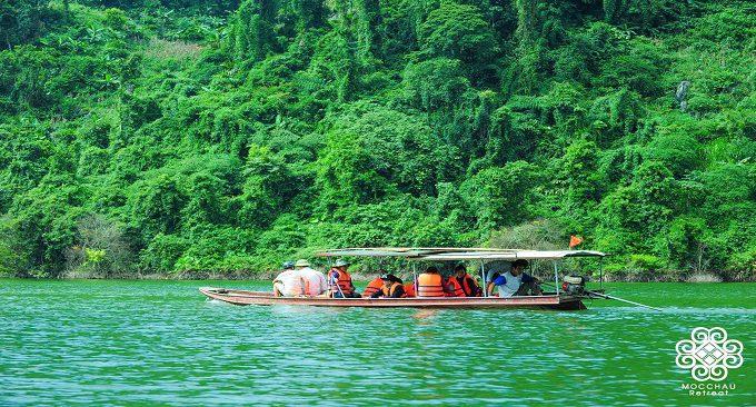 trải nghiệm đi thuyền trên sông tại tropical retreat mộc châu