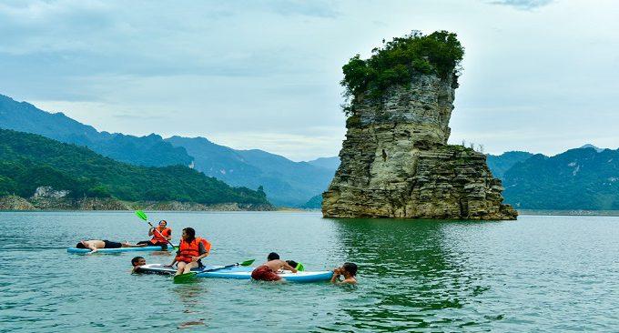 chèo thuyền trên hồ Na Hang