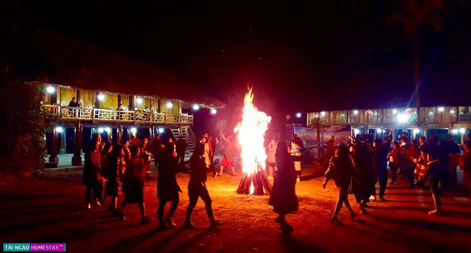 vui chơi đốt lửa trại ngay tại sân
